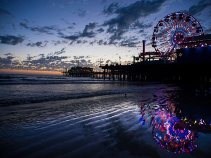 lights on a ferris wheel in the ocean water